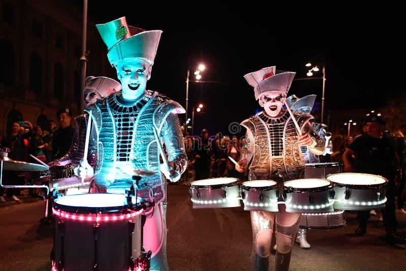 Bucharest światła reflektorów festiwalu drumers z światłami obraz stock