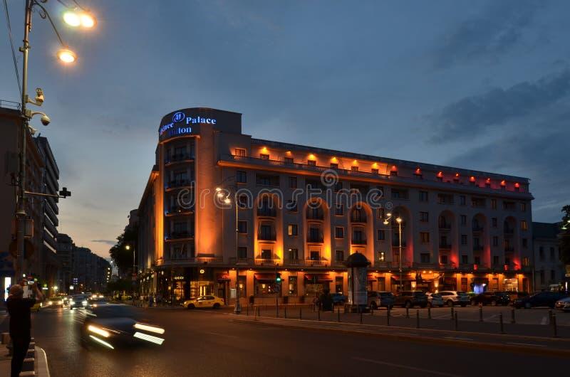 Bucharest architektura: Athenee pałac Hilton hotel miasto ?wiat?a na noc zdjęcie stock