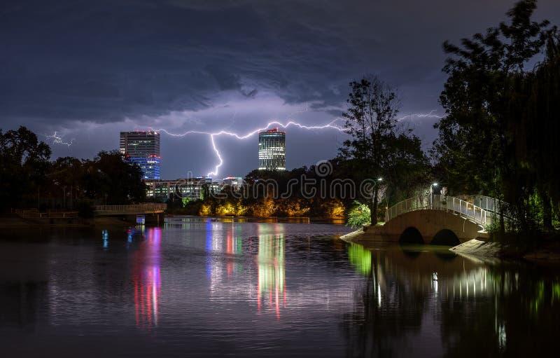 Bucharest grzmot i ulewny deszcz szalejemy, uderzenie pioruna nad miastem, noc pejzaż miejski obraz royalty free