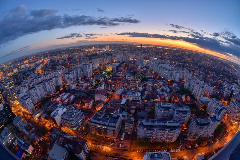 Bucharest horisont efter solnedgång med flyg- sikt royaltyfri bild