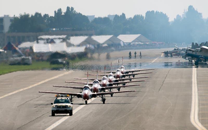 Bucharest internationell flygshowSNEDHET, för Polen för vita röda gnistor lag aerobatic skärm arkivbilder