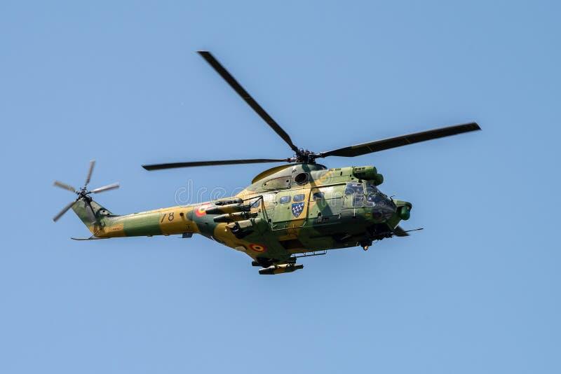 Bucharest internationell flygshowSNEDHET, militär helikoptercloseupdemonstration arkivfoton