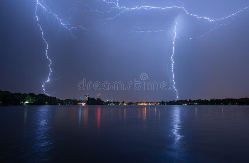 Bucharest lata błyskawicowa burza w Herastrau jeziorze obraz royalty free