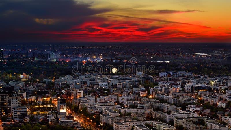 Bucharest linia horyzontu po zmierzchu z widok z lotu ptaka zdjęcia stock