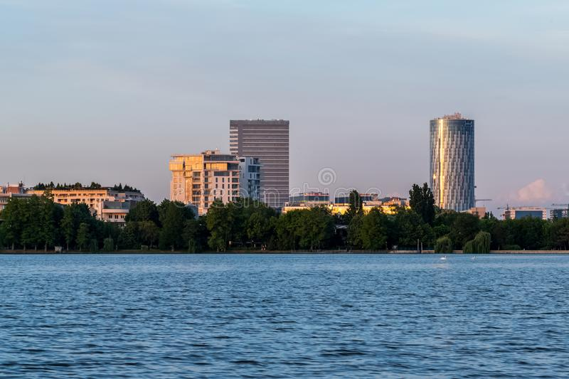 Bucharest linia horyzontu przy zmierzchem z wodą i niebem zdjęcie stock