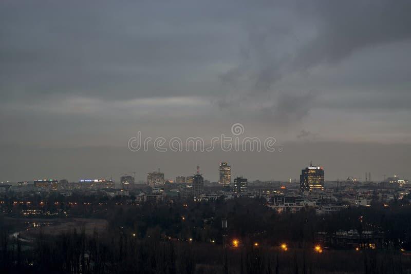Bucharest linia horyzontu w nocy zdjęcia stock