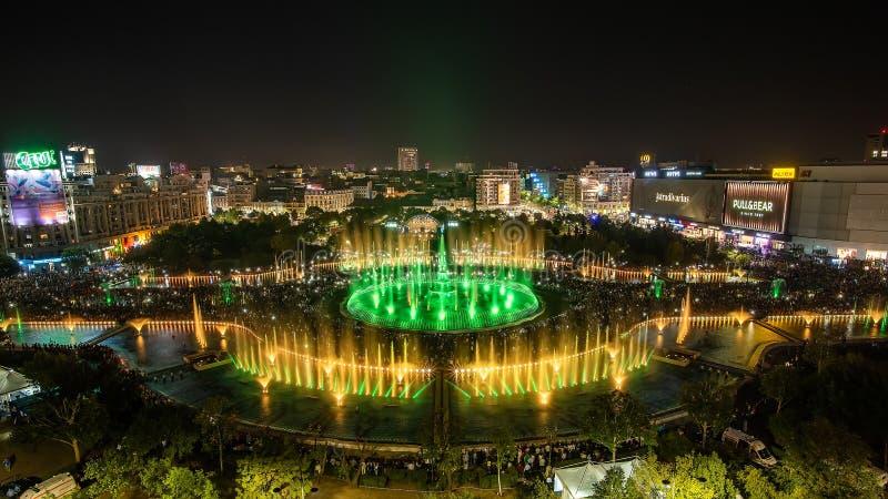 Bucharest miasta Unirii środkowej Kwadratowej nowej fontanny 2018 panoramiczny widok i nocy miasta linia horyzontu zdjęcia stock