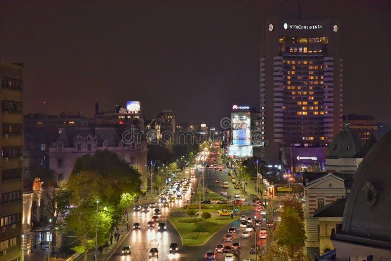 Bucharest nattplats med den Magheru boulevarden arkivbilder