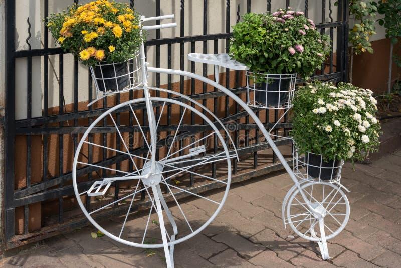 BUCHAREST/ROMANIA - 21 DE SETEMBRO: Bicicleta branca do farthing da moeda de um centavo foto de stock
