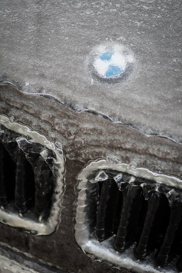 Логотип BMW на капоте автомобиля, покрытый льдом. Бухарест, Румыния-27 января 2019 года: иллюстративно-редакционное изображение логотипа BMW отображается на капоте автомобиля, покрытом стоковые фотографии