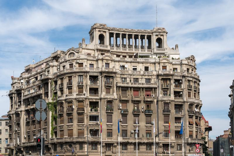 BUCHAREST/ROMANIA - 21 SEPTEMBER: Mening van oude flats in Buc royalty-vrije stock foto's