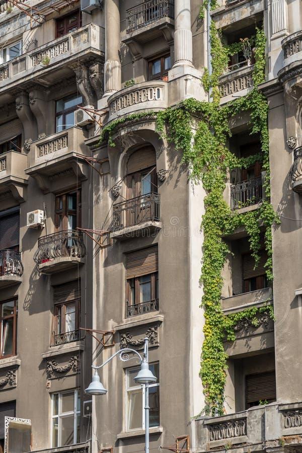 BUCHAREST/ROMANIA - 21 SEPTEMBER: Mening van oude flats in Buc stock afbeeldingen