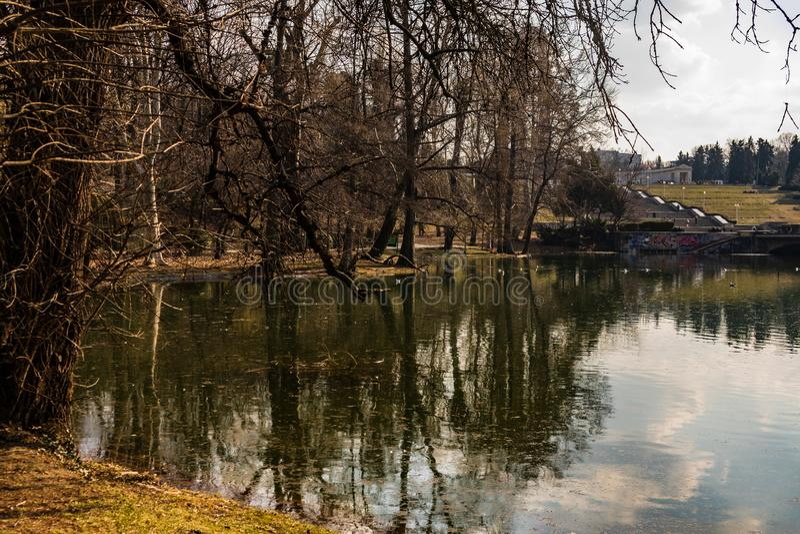 Bucharest Rumänien - 2019 Carol Park sjö i Bucharest, Rumänien arkivbild