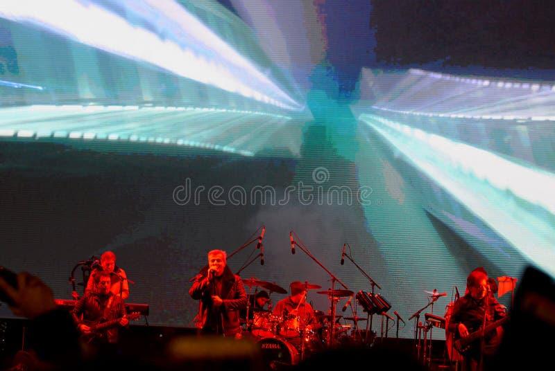 BUCHAREST, RUMÄNIEN - 14 DECEMBER 2019:Det rumänska bandet, Holograf, som bildades 1978, uppträder på julmarknaden i royaltyfria bilder