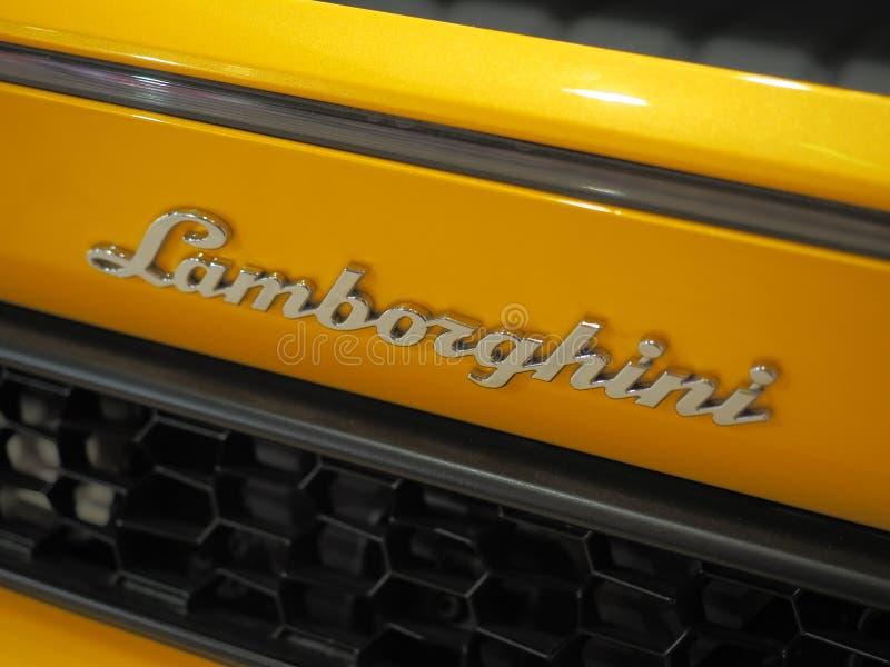 BUCHAREST RUMÄNIEN - FEBRUARI 03, 2019 Gula Lamborghini Aventador S i visningslokal Snabb italiensk sportbil royaltyfri foto