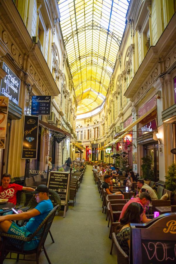 Bucharest Rumänien - 28 04 2018: Folk i passagen Macca Villacrosse, täckt gul glass passage i Bucharest royaltyfria bilder