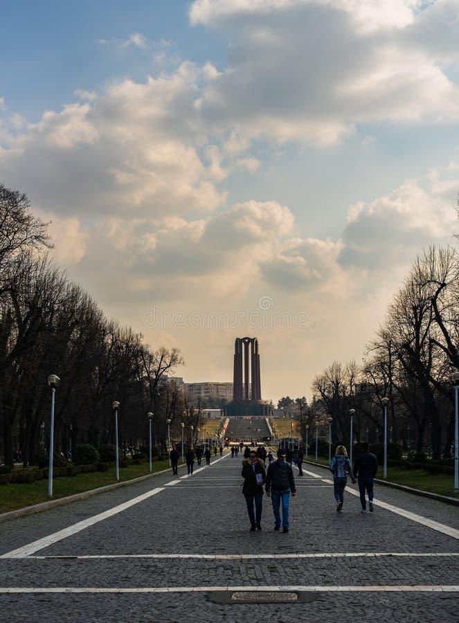 Bucharest Rumänien - 2019 Folk på ingången av Carol Park i Bucharest, Rumänien arkivbilder