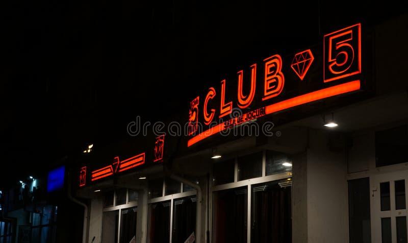 Bucharest/Rumänien Juli 09, 2019: Fasaden av en nattklubb i mörkret royaltyfria foton