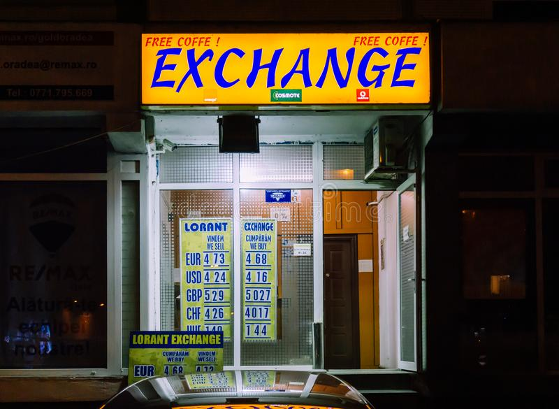 Bucharest/Rumänien Juli 09, 2019: Pengarutbytet shoppar i natten arkivfoto