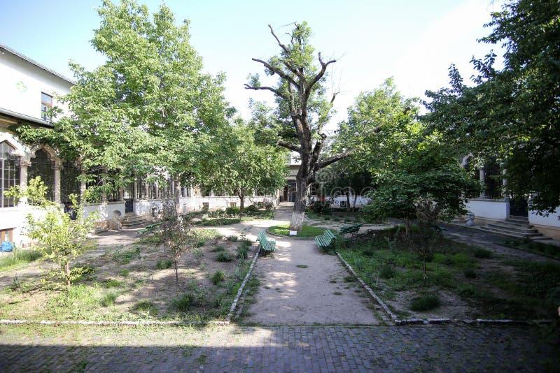 Bucharest Rumänien - Juni 14, 2019: Inre borggård av Scoala Centrala som bygger central skola arkivbilder