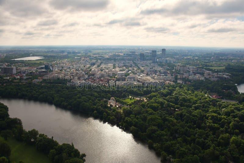 Bucharest Rumänien, Maj 15, 2016: Den flyg- sikten av Herastrau parkerar royaltyfria foton