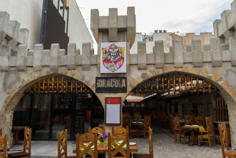 Bucharest Rumänien - mars 16, 2019: Främre ingång till den Dracula restaurangen på den Lipscani gatan i gammal staddel av Buchare royaltyfri fotografi