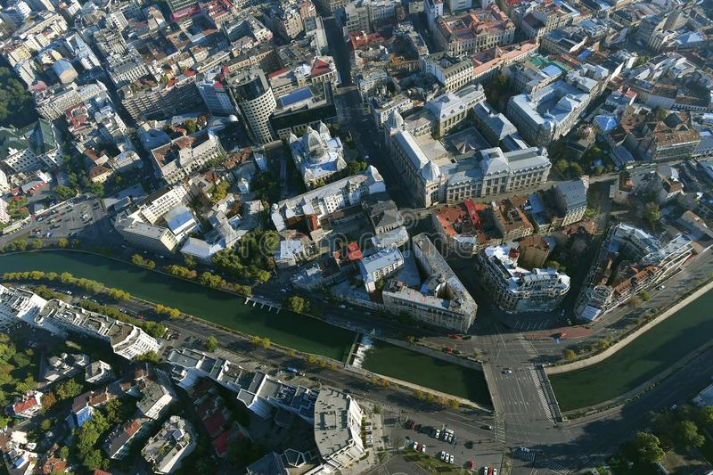 Bucharest Rumänien, Oktober 9, 2016: Flyg- sikt av den gamla staden i Bucharest, nära den Dimbovita floden royaltyfri foto