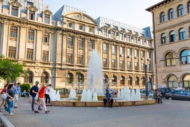 Bucharest Rumänien - 28 04 2018: Turister i gammal stad, i en av de mest upptagna gatorna av centrala Bucharest royaltyfri bild