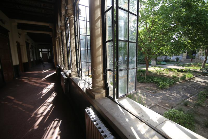 Bucharest Rumunia, Czerwiec, - 14, 2019: Architektoniczni szczegóły z wewnątrz Scoala Centrala budynku centrali szkoły obrazy royalty free