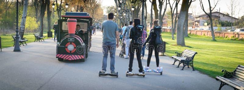 BUCHAREST, RUMUNIA, - Kwiecień 2, 2016: Ludzie używa hoverboard, równoważenie dwukołowa deska, w parku Artykuł wstępny zawartość obrazy royalty free