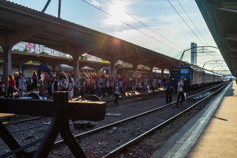 Bucharest, Rumunia - 2019 Ludzie dostawać taborowa Bucharest Północna stacja kolejowa Gar De Nord w Bucharest, Rumunia obrazy stock