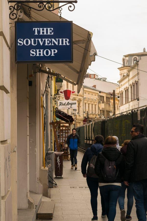 Bucharest Rumunia, Marzec, - 16, 2019: turystyczny odprowadzenie na alei wzdłuż strony pamiątkarski sklep w Starej Grodzkiej częś fotografia stock