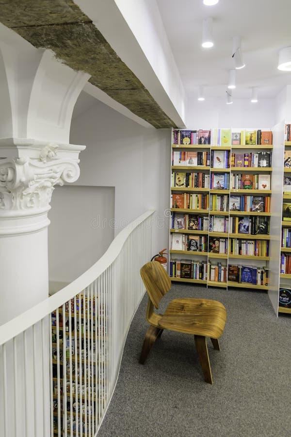 BUCHAREST RUMUNIA, WRZESIEŃ, - 27, 2015: Literatura Rezerwuje W Carturesti bibliotece, rozważającej piękny fotografia stock