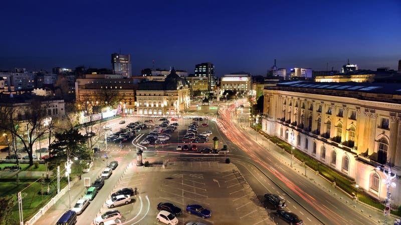 Bucharest sikt över revolutionfyrkant på den blåa timmen arkivfoton