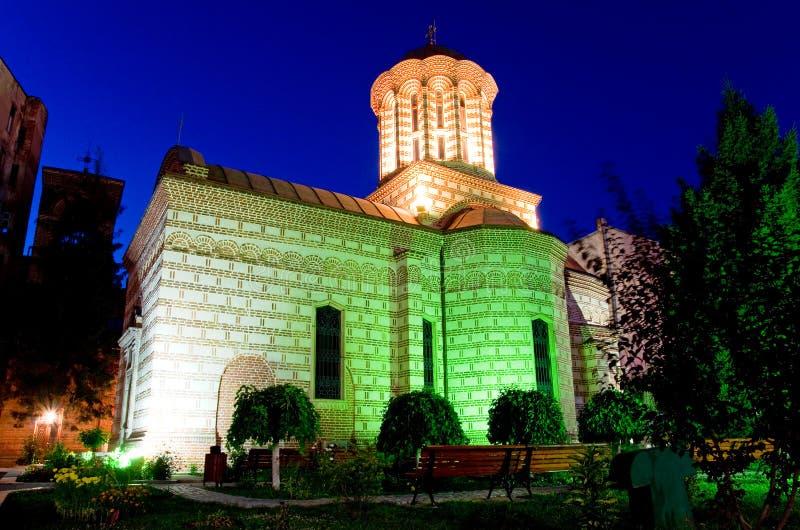 Bucharest vid natt - gammal domstolkyrka arkivfoton
