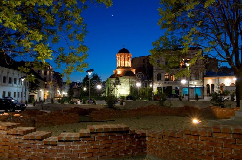 Bucharest vid natt - gammal domstolkyrka och plaza royaltyfri fotografi