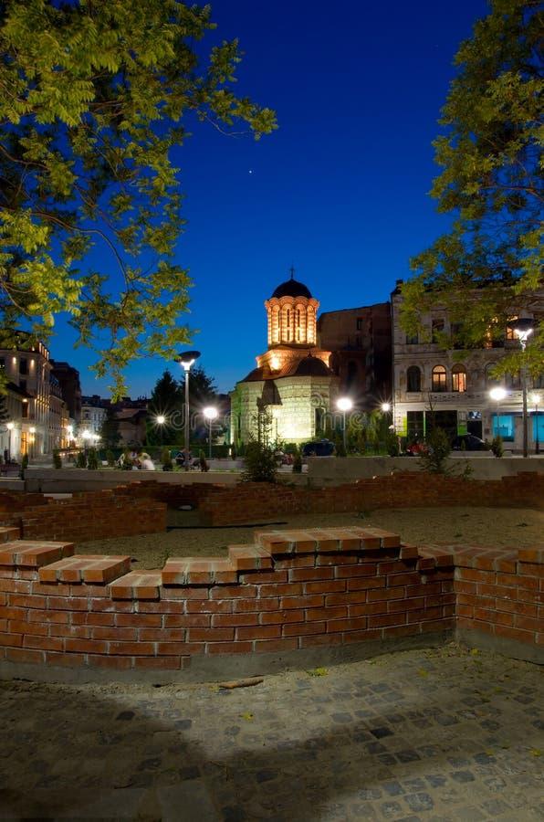 Bucharest vid natt - gammal domstolkyrka och plaza royaltyfri foto
