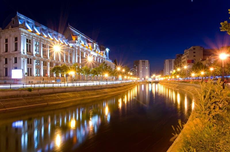 Bucharest vid natt - slott av rättvisa arkivfoto