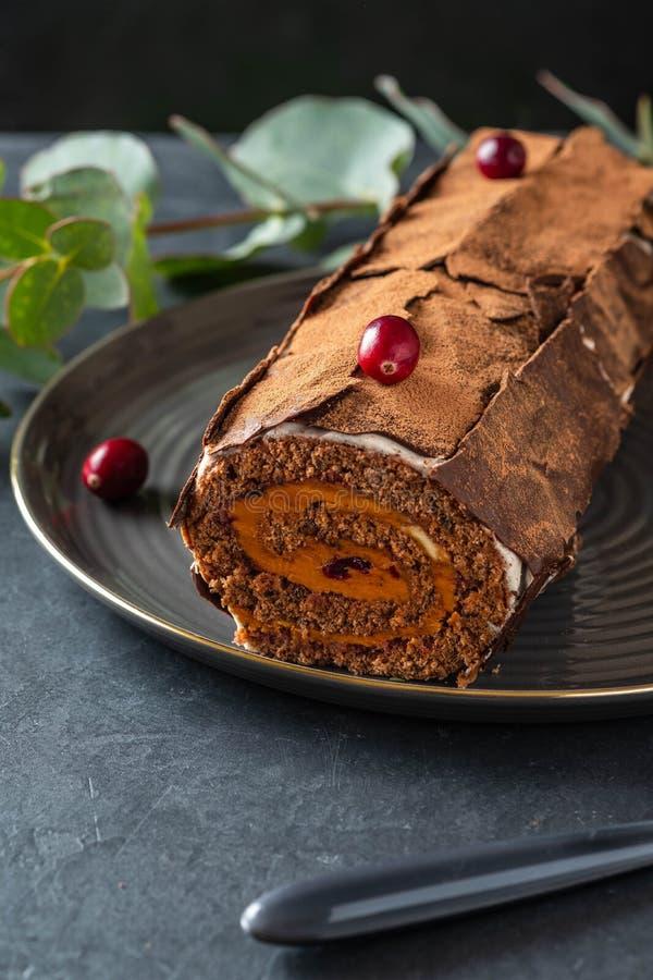 Buche de Noel Το παραδοσιακό επιδόρπιο Χριστουγέννων, Χριστούγεννα yule καταγράφει το κέικ με την κρέμα σοκολάτας, το βακκίνιο δι στοκ εικόνες
