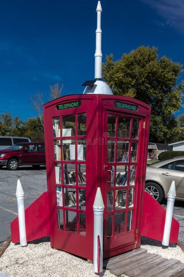 Buchen Sie Tropfen der roten Telefonzelle mit Rocket auf ihr, ländliches Virginia, am 26. Oktober 2016 stockfoto