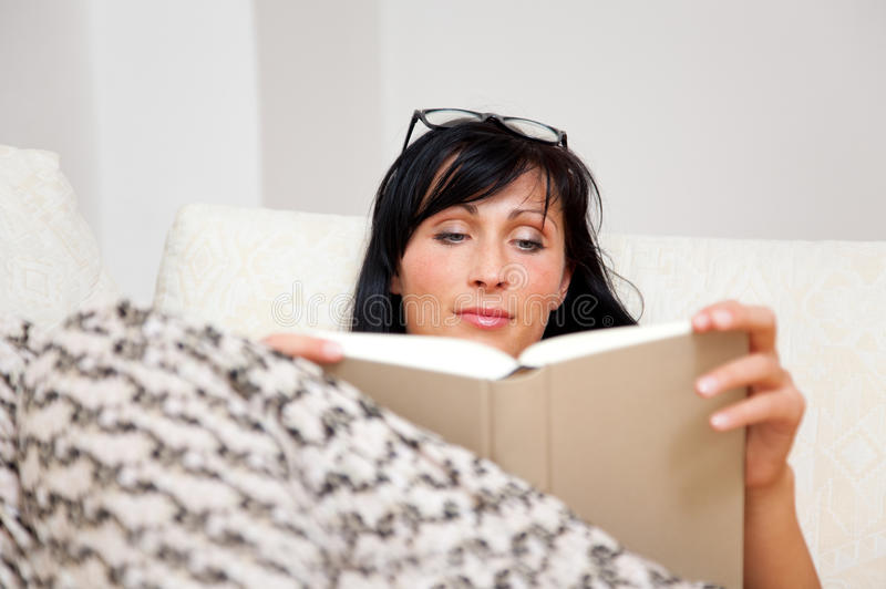 Buchfrau auf Couch stockbild