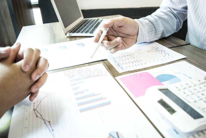 Buchhalter überprüfen die Finanzen der Firma, um Pläne der wirtschaftlichen Entwicklung für Ostasien zu erstellen lizenzfreies stockfoto