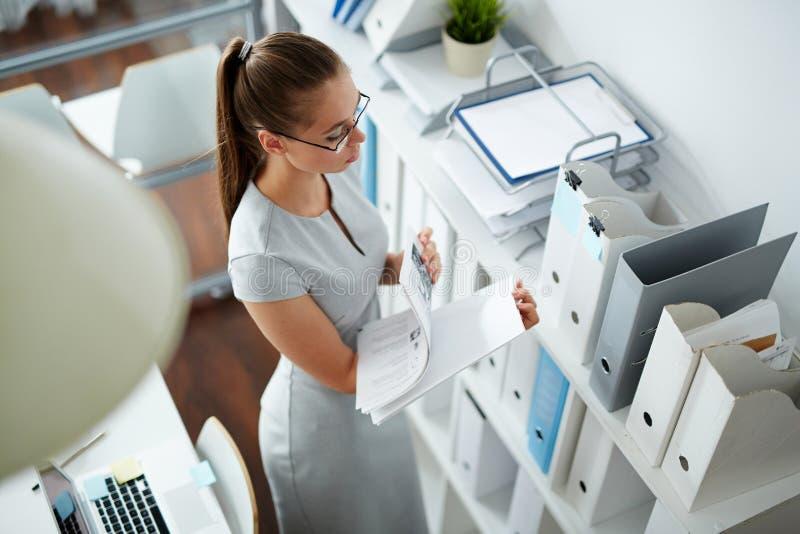 Buchhalter bei der Arbeit lizenzfreies stockfoto