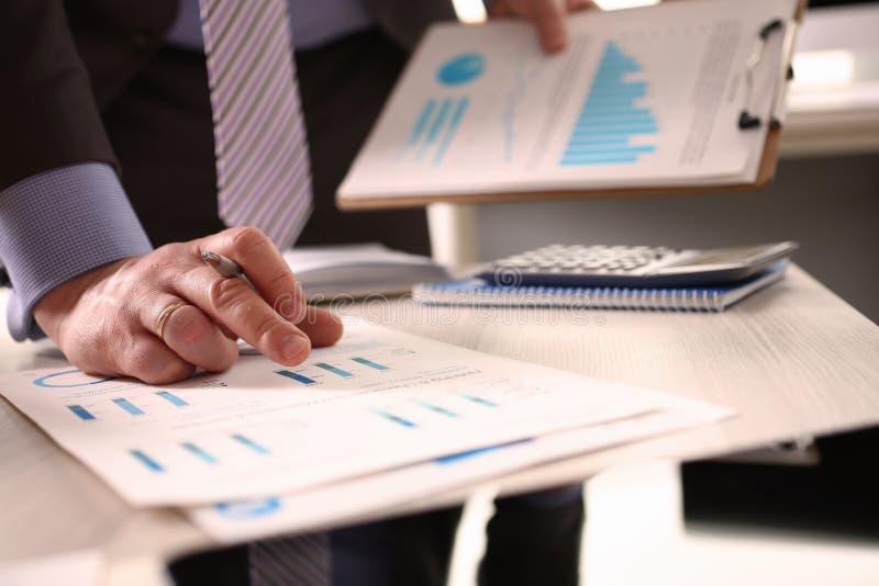 Buchhalter Calculate Tax Invoice unter Verwendung des Taschenrechners stockbilder