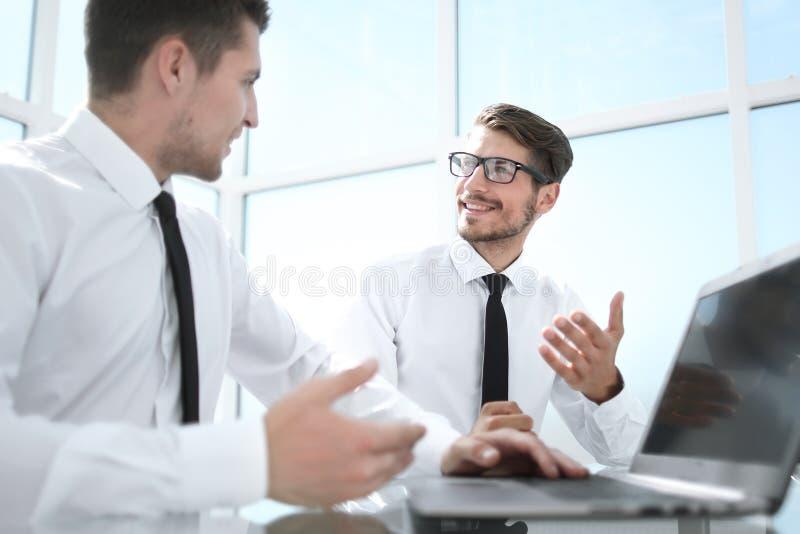 Buchhalter, der Berechnung macht Finanz- und Wirtschaftskonzept stockbild