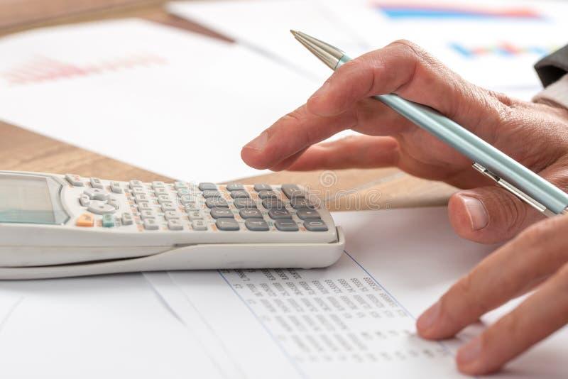 Buchhalter, der eine Berechnung tut stockfoto