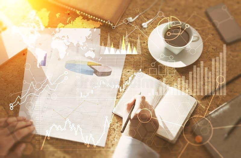 Buchhalter, der Finanzdiagramme beschäftigt lizenzfreies stockfoto