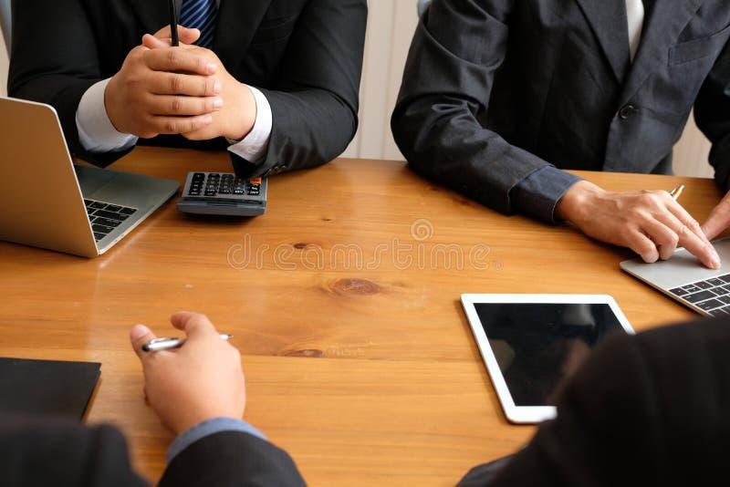 Buchhalter, der mit Geschäftsmann sich bespricht interne Wirtschaftsprüferrechnungsprüfung p lizenzfreie stockfotografie