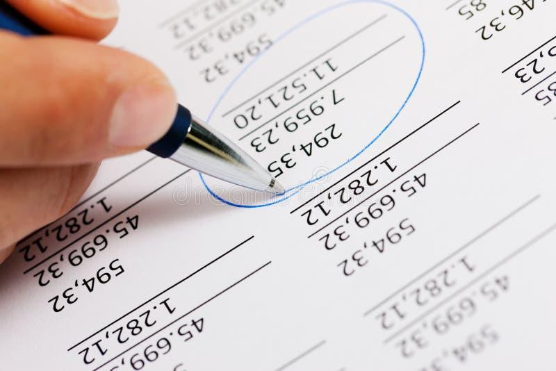 Buchhalter, der an Zahlen arbeitet lizenzfreie stockfotos