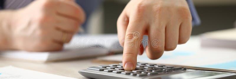 Buchhalter Manager tun Buchhaltung berechnen Budget lizenzfreie stockfotos